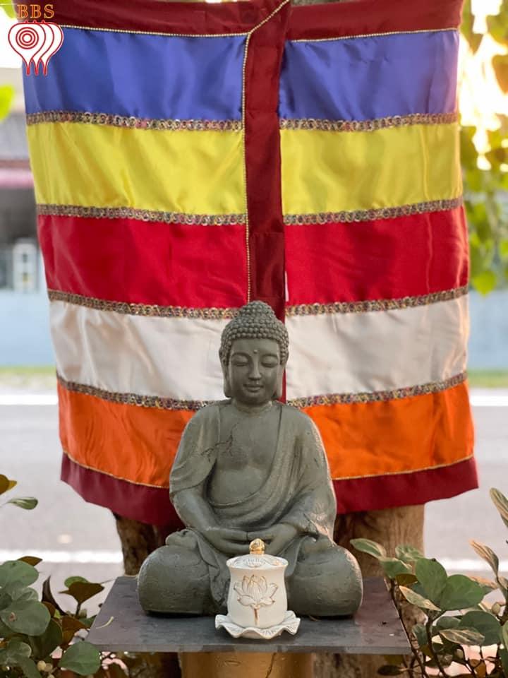 Les 5 couleurs du drapeau bouddhiste 1